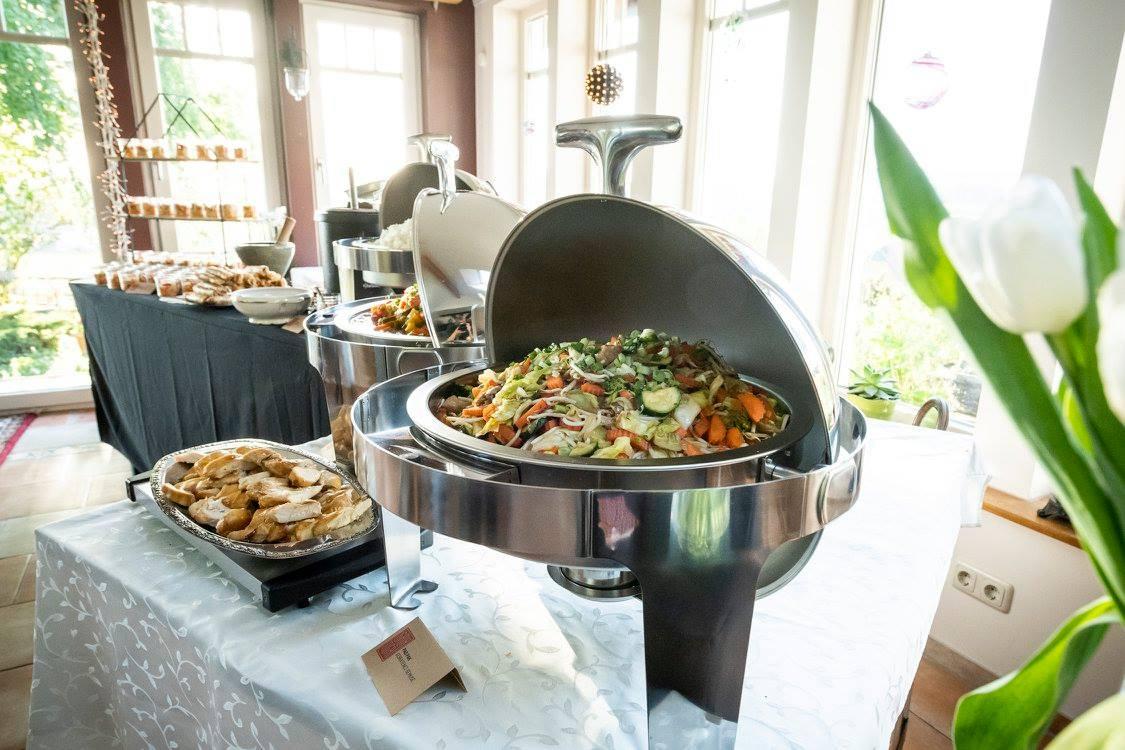 Thailändische Gemüsepfanne bei Catering auf Geburtstagsfeier.