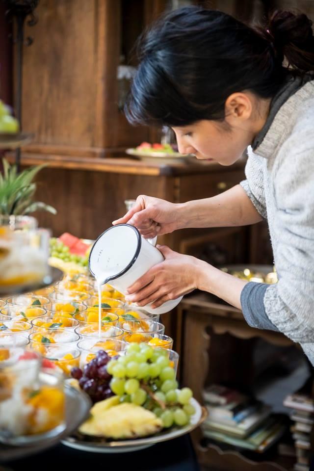 Patr richtet Sticky Rice mit Mango an bei Hochzeitscatering.